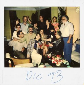 Marioxi Fraino, Julio Iribarren y amigos Caracas, 31 de diciembre 1993 Polaroid SX70 Cortesía Marioxi Fraino